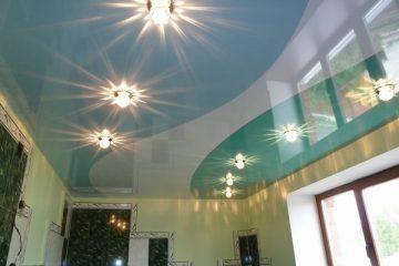 сочетание белого глянцевого и цветного лакового потолка