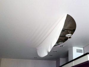 Порез потолок порвали починить своими руками фото