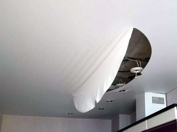 Порез натяжной ремонт потолок порвали починить своими руками фото