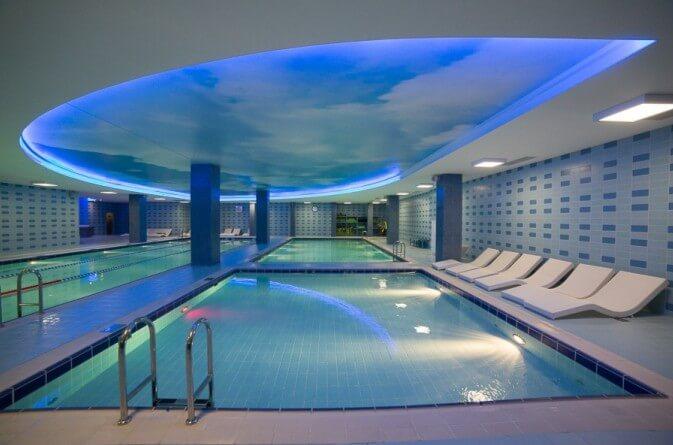 натянуть потолок в бассейне