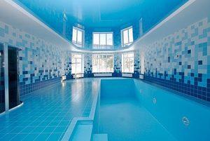 монтируем натяжные потолки в бассейнах и саунах фото