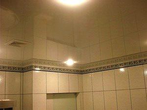 не боится ли натяжной потолок влажности в ванной фото